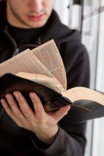 Evreu citind Biblia